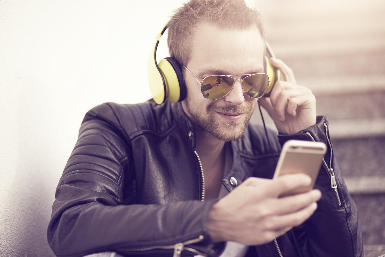 man 5531031 1280 - Ba phần mềm hiển thị lời bài hát phổ biến hiện nay